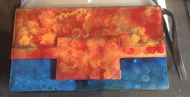 Beschilderde tas met oranje en blauw
