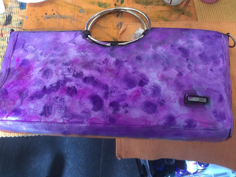 Beschilderde tas in het paars