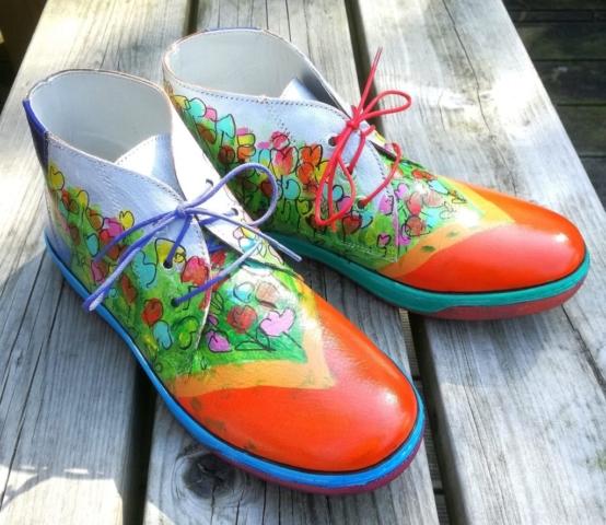 Schoenen beschilderd met bloemen
